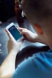 Groupe d'amis à l'aide du téléphone portable en café Images libres de droits