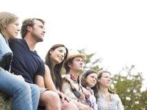 Groupe d'amis à l'extérieur Photo stock