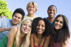 Groupe d'amis à l'extérieur Image libre de droits