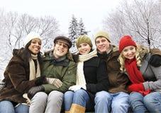 Groupe d'amis à l'extérieur en hiver Photo libre de droits