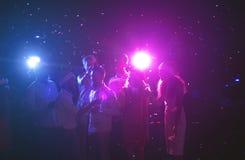 Groupe d'amis à la fête d'anniversaire à la boîte de nuit Image libre de droits