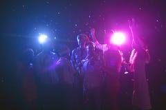 Groupe d'amis à la fête d'anniversaire à la boîte de nuit Images libres de droits