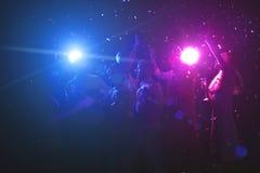 Groupe d'amis à la fête de Noël à la boîte de nuit Photo libre de droits