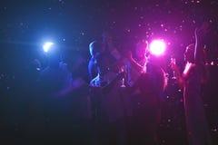Groupe d'amis à la fête de Noël à la boîte de nuit Image libre de droits