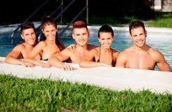 Groupe d'amis à la piscine image stock