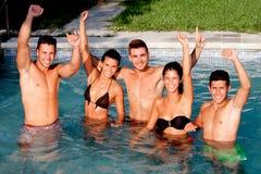 Groupe d'amis à la piscine photo stock