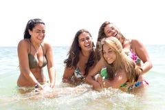 Groupe d'amis à la plage photos libres de droits