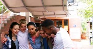 Groupe d'amis d'école prenant le selfie avec le téléphone portable 4k banque de vidéos