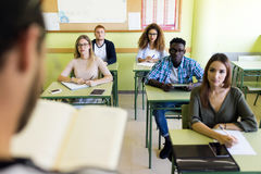 Groupe d'amis étudiant dans une salle de classe d'université Image stock