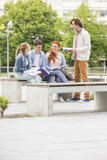 Groupe d'amis étudiant ensemble au campus d'université Photographie stock libre de droits
