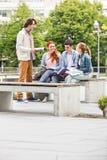 Groupe d'amis étudiant ensemble au campus d'université Images stock