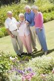 Groupe d'amis aînés dans le jardin Photos libres de droits