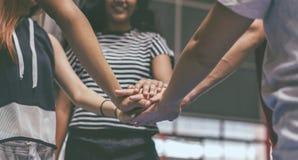 Groupe d'amis d'adolescent sur un concept de travail d'équipe et d'unité de terrain de basket Photos stock