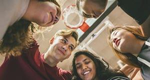 Groupe d'amis d'adolescent sur un concept de travail d'équipe et d'unité de terrain de basket Images libres de droits