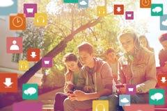 Groupe d'amis adolescents avec des smartphones dehors Images stock