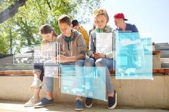 Groupe d'amis adolescents avec des smartphones dehors Photographie stock