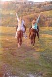 Groupe d'amis adolescents ayant des tours de ferroutage en Autumn Landscape Images stock