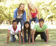 Groupe d'amis adolescents ayant l'amusement dans le parc Photos stock