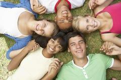 Groupe d'amis adolescents ayant l'amusement dans le parc Photographie stock libre de droits