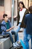 Groupe d'amis adolescents causant et ayant l'amusement Photos libres de droits