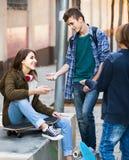 Groupe d'amis adolescents causant et ayant l'amusement Photographie stock