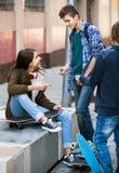 Groupe d'amis adolescents causant et ayant l'amusement Images stock
