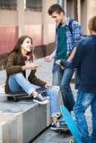 Groupe d'amis adolescents causant et ayant l'amusement Photo stock