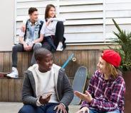 Groupe d'amis adolescents détendant et causant Photos libres de droits