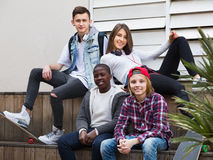 Groupe d'amis adolescents détendant et causant Photographie stock
