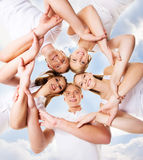 Groupe d'amis adolescents de sourire regardant l'appareil-photo Photo libre de droits