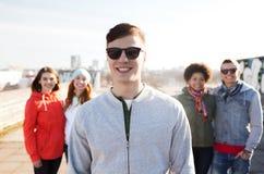 Groupe d'amis adolescents heureux sur la rue de ville Images libres de droits