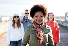 Groupe d'amis adolescents heureux sur la rue de ville Photo libre de droits