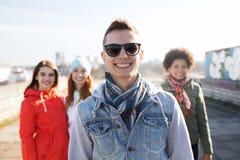Groupe d'amis adolescents heureux sur la rue de ville Photographie stock libre de droits
