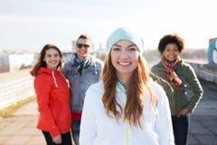 Groupe d'amis adolescents heureux sur la rue de ville Photos stock