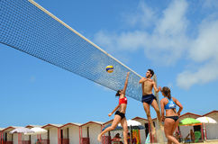 Groupe d'amis adolescents jouant le volleyball Photos libres de droits