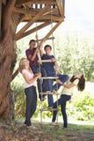 Groupe d'amis adolescents par la cabane dans un arbre Photo stock