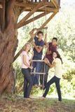 Groupe d'amis adolescents par la cabane dans un arbre Photo libre de droits
