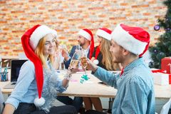 Groupe d'amis d'affaires encourageant avec le champagne sur un fond de fête Concept d'événement de Noël Image stock