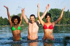 Groupe d'amis - amusement dans le lac Images stock