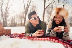 Groupe d'amis appréciant dans la neige en hiver Photo stock