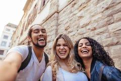 Groupe d'amis appréciant dehors dans la ville Photo libre de droits