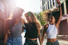 Groupe d'amis appréciant dehors sur la rue de ville Photo libre de droits