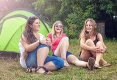 Groupe d'amis appréciant des vacances de camping Photographie stock