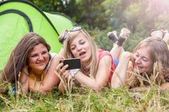 Groupe d'amis appréciant des vacances de camping Photo stock