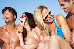 Groupe d'amis appréciant des vacances de plage Images libres de droits