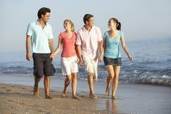 Groupe d'amis appréciant des vacances de plage Photos stock