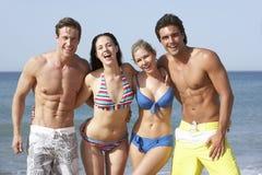 Groupe d'amis appréciant des vacances de plage Photo stock