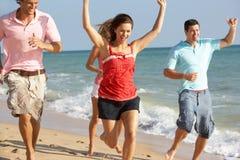 Groupe d'amis appréciant des vacances de plage au soleil Photographie stock libre de droits