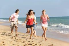 Groupe d'amis appréciant des vacances de plage au soleil Images stock