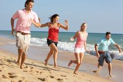 Groupe d'amis appréciant des vacances de plage au soleil Image libre de droits